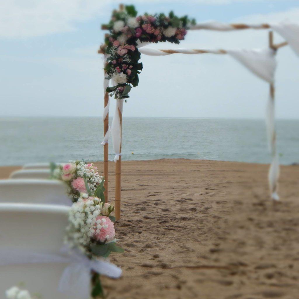Arche de mariage fleurie sur la plage