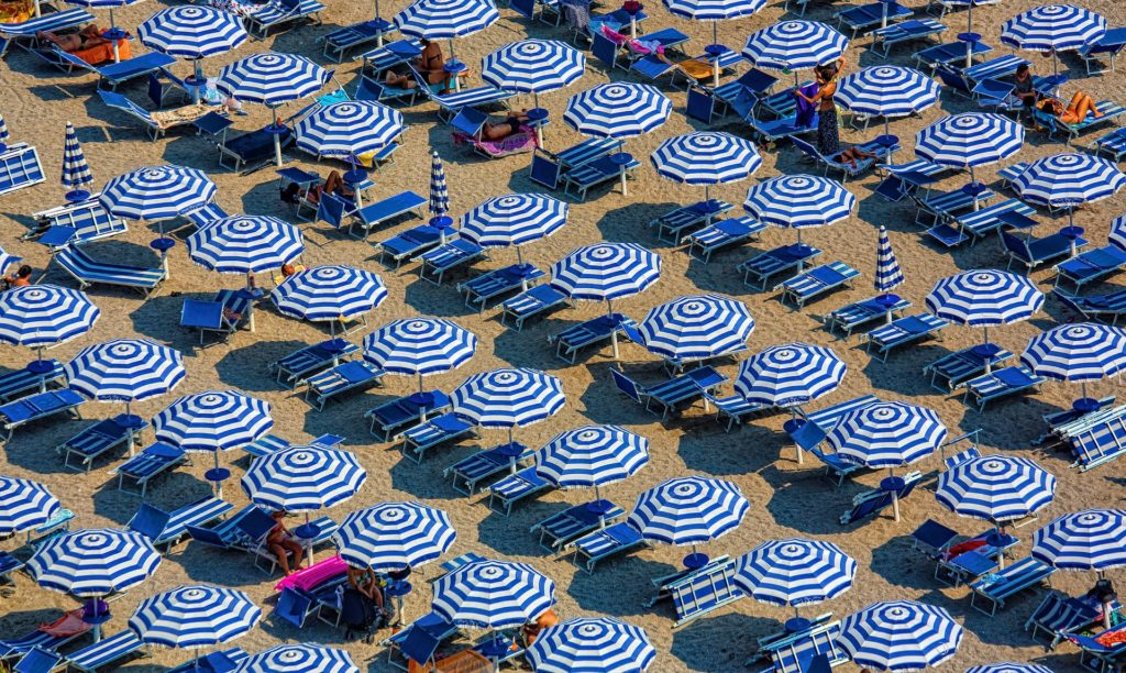Communiquer pendant les vacances d'été avec des parasols bleus